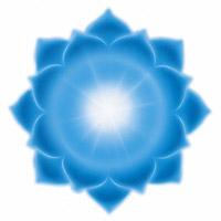 Le chakra de la gorge correspond au 1er rayon, de couleur bleu, situé au niveau de la gorge, relié à la glande thyroïde et au système respiratoire, destiné à exprimer la volonté, la foi et le courage.